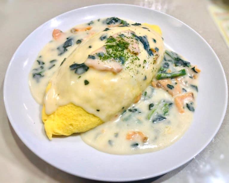 キッチンエッグスのサーモンとほうれん草のクリームソースオムライス②