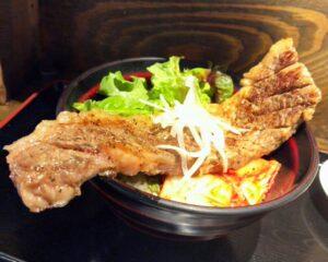 高屋敷肉店のカブリ付きステーキ丼②