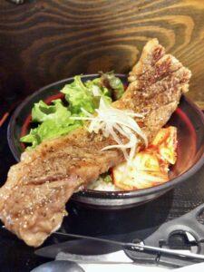 高屋敷肉店のカブリ付きステーキ丼①